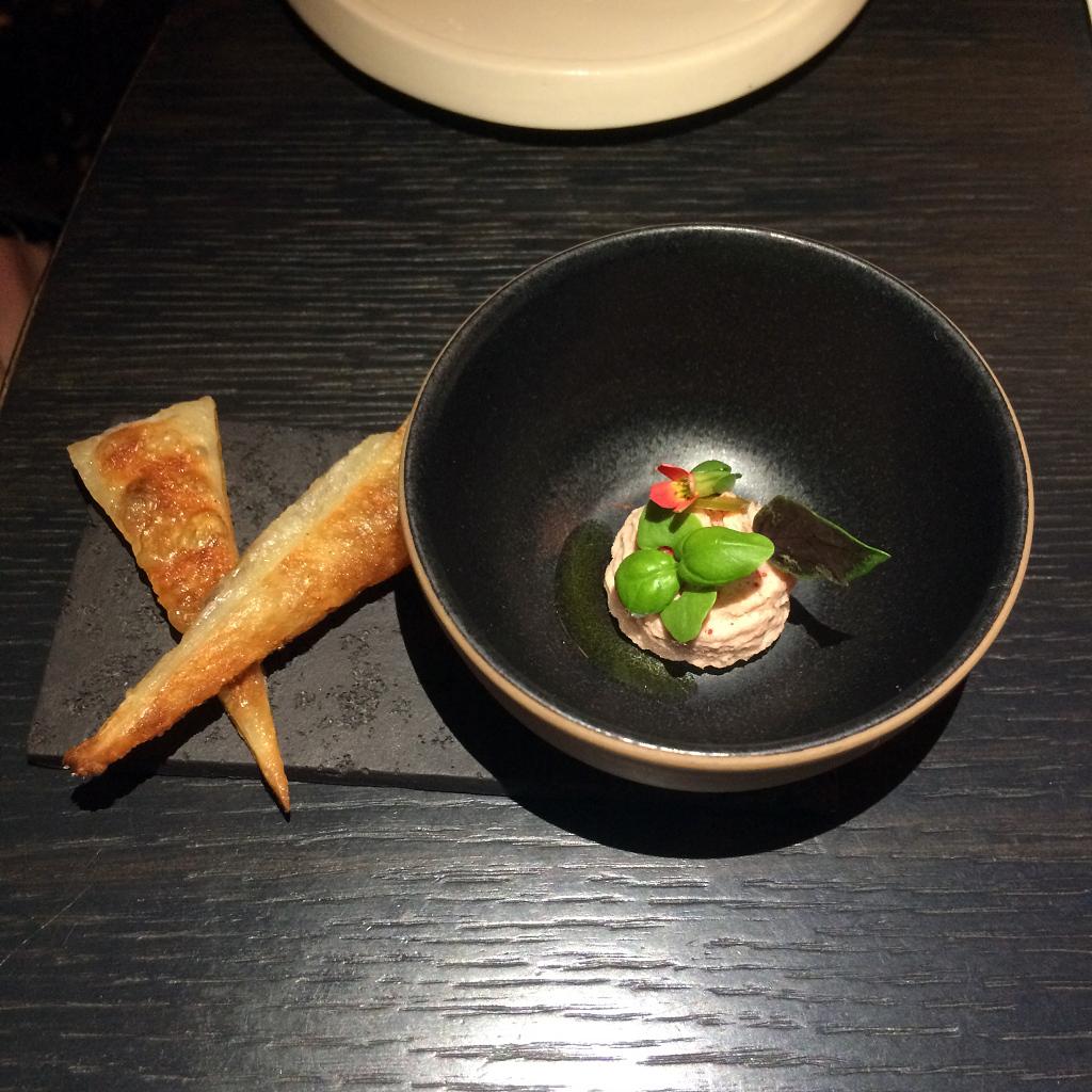 Roti paratha, rilette makreel, geitenkaas