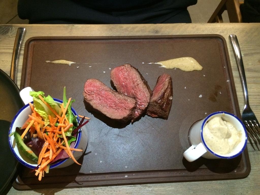 Natuurpuntvlees steak met sla, frietjes en saus