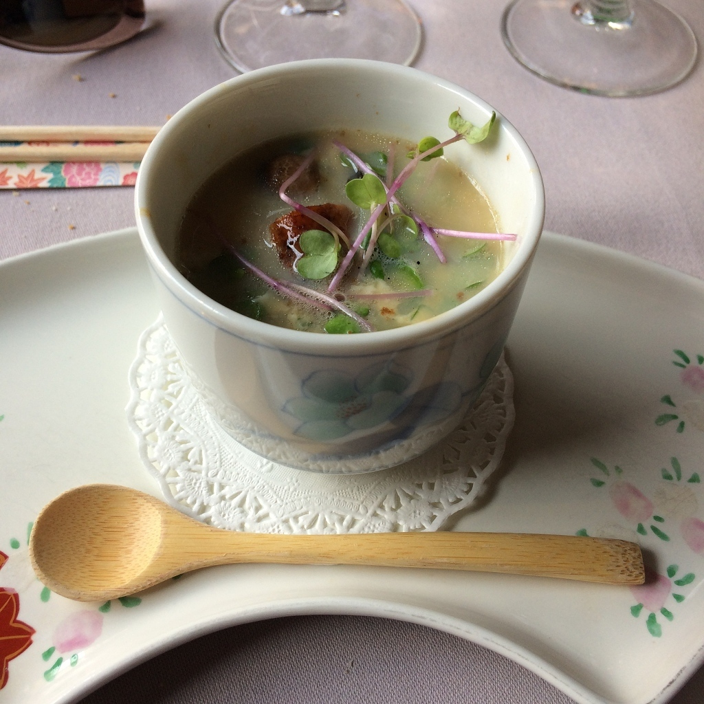 japans soepje met ei en paddenstoelen